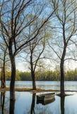 Verlassenes hölzernes Boot auf dem Fluss Lizenzfreies Stockbild