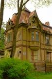 verlassenes hölzernes Gebäude in der Art Nouveau-Art lizenzfreie stockbilder
