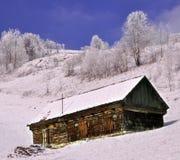 Verlassenes hölzernes Häuschen in der winterlichen Ansicht Lizenzfreie Stockfotos