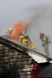 Verlassenes Haus in der Flamme Stockbild