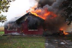 Verlassenes Haus in der Flamme Stockfotografie