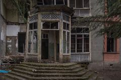 Verlassenes Haus des Schmutzhauses Eingang lizenzfreies stockbild