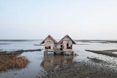Verlassenes Haus im Binnenmeer stockbilder