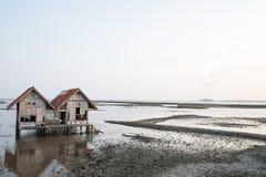 Verlassenes Haus im Binnenmeer stockbild