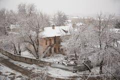 Verlassenes Haus im Schnee Stockbilder