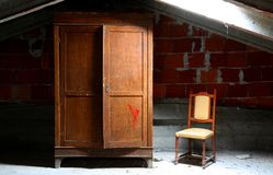 verlassenes Haus mit hölzernem Wandschrank und einem Stuhl stockbilder
