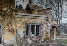 Verlassenes Haus mit Ziegelstein Stockfotografie