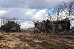 Verlassenes Holzhaus in der Landschaft Stockbilder