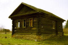 Verlassenes Holzhaus im russischen Dorf Lizenzfreie Stockfotos