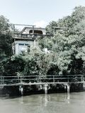 Verlassenes Kanalhaus am sonnigen Tag Stockfoto