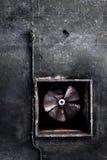 Verlassenes Klimaanlagenrohr und verrosteter Fan Stockbilder