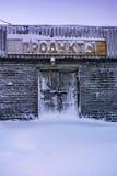 Verlassenes Lebensmittelgeschäft mit dem Aufkleber in der russischen Sprache Teriberka-Regelung, Murmansk-Region, Russland Stockfotografie