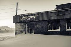 Verlassenes Lebensmittelgeschäft mit dem Aufkleber in der russischen Sprache Teriberka-Regelung, Murmansk-Region, Russland Lizenzfreie Stockfotografie