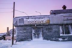 Verlassenes Lebensmittelgeschäft mit dem Aufkleber in der russischen Sprache Teriberka-Regelung, Murmansk-Region, Russland Stockfoto