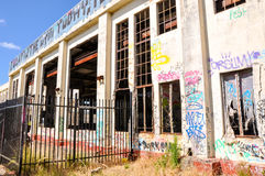 Verlassenes Maschinenhaus: Fechten und zerbrochene Fensterscheiben Lizenzfreie Stockbilder
