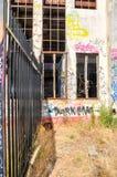 Verlassenes Maschinenhaus: Zaun Line Stockbild