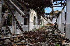 Verlassenes Militärgebäude, das auseinander fällt stockbild
