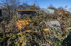 verlassenes orange unimog Stockbild
