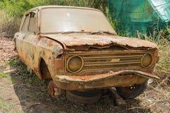 Verlassenes rostiges Auto Stockfotos