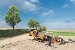 Verlassenes rostiges gebranntes Autowrack, Stockfoto