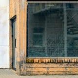 Verlassenes Schaufenster und Eintritt im Gebäude Lizenzfreie Stockfotografie