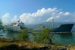 Verlassenes Schiff durch Ufer Stockbild