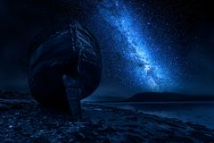 Verlassenes Schiffswrack in Fort William nachts, Schottland Lizenzfreie Stockfotos
