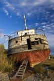Verlassenes Schiffswrack an Land Lizenzfreie Stockfotografie