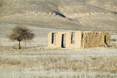 Verlassenes Schlammhaus auf Weg 166 nahe Cuyama, Kalifornien Lizenzfreie Stockfotos