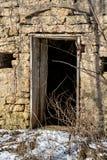 Verlassenes und altes verwittertes Gebäude mit Türeinstieg Stockfotos