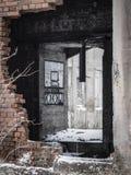 Verlassenes und ruiniertes Industriegebäude mit Löchern und Ziegelsteinen Stockfotos