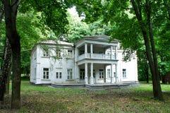 Verlassenes weißes Haus im alten Landsitz Stockfotografie