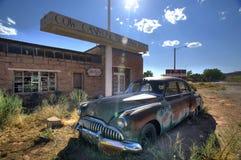 Verlassenes Weinlese-Auto in der Wüste, Utah stockfotografie