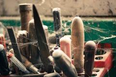 Verlassenes Werkzeuggestell nahe dem Scheunenfenster stockfoto