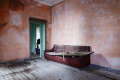 Verlassenes Wohnzimmer Stockfotos