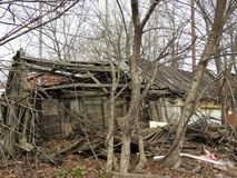 Verlassenes zerst?rtes Holzhaus im kleinen russischen Dorf stockbilder