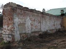 Verlassenes zerst?rtes Ziegelsteinzaunhaus im kleinen russischen Dorf von Nikolo Pustyn Berlyukovsky stockfotos