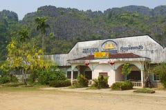 Verlaten bar in de georiënteerde stad Vang Vieng, Laos van Laos toerist Stock Fotografie