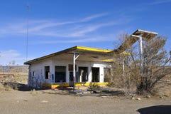 Verlaten benzinestation stock fotografie