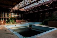 Verlaten Binnen Zwembad - Verlaten Sheraton Motor Inn - Pennsylvania stock foto
