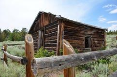 Verlaten blokhuis met een vuilsleep in Mijnwerkersverrukking Wyoming, een vroeger mijnbouwstad en een kamp, nu een spookstad royalty-vrije stock foto's
