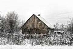 Verlaten blokhuis in sneeuw Royalty-vrije Stock Fotografie