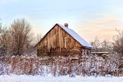 Verlaten blokhuis in sneeuw Stock Foto's
