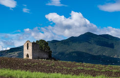 Verlaten boerderij op een gebied in Italië Stock Foto's