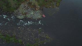 Verlaten boot in een rivier stock video