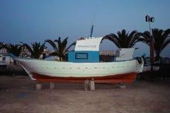 Verlaten boot in Lampedusa stock foto's