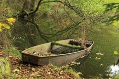 Verlaten boot op de bosvijver Stock Foto's