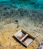Verlaten boot op een strand Stock Afbeelding