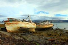 Verlaten boten op strand Royalty-vrije Stock Afbeeldingen