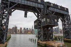 Verlaten brug met stads erachter mening Royalty-vrije Stock Fotografie